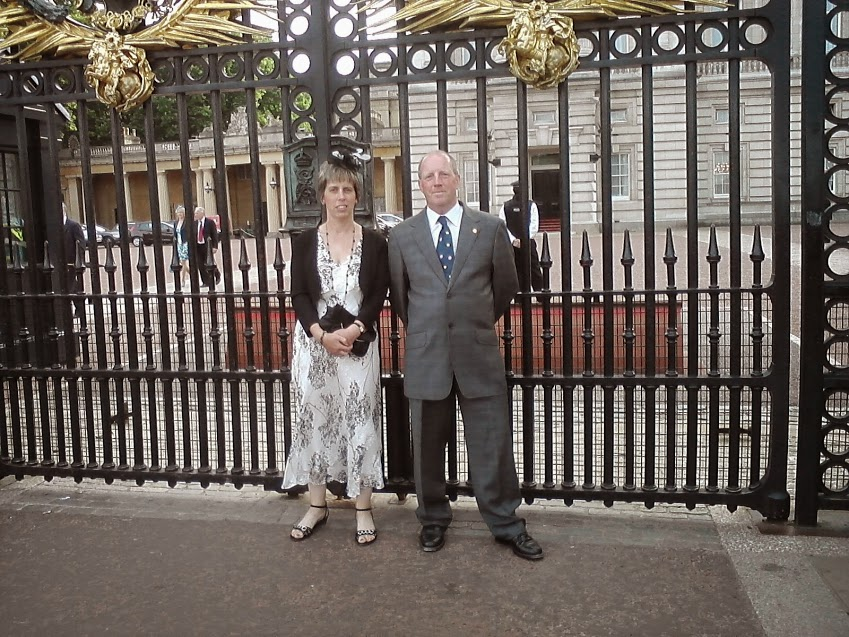 Chris and Ursurla outside Buckingham Palace.